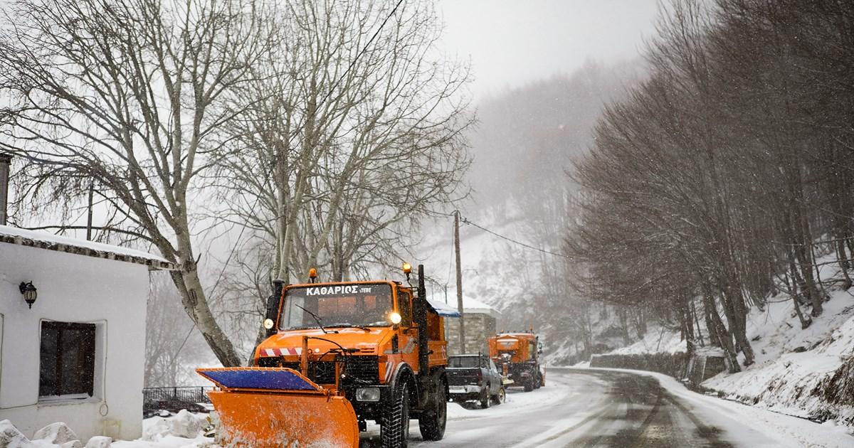 Συνεχίζεται η κακοκαιρία: Χιόνια στο Πήλιο - Δεμένα τα πλοία στον Βόλο