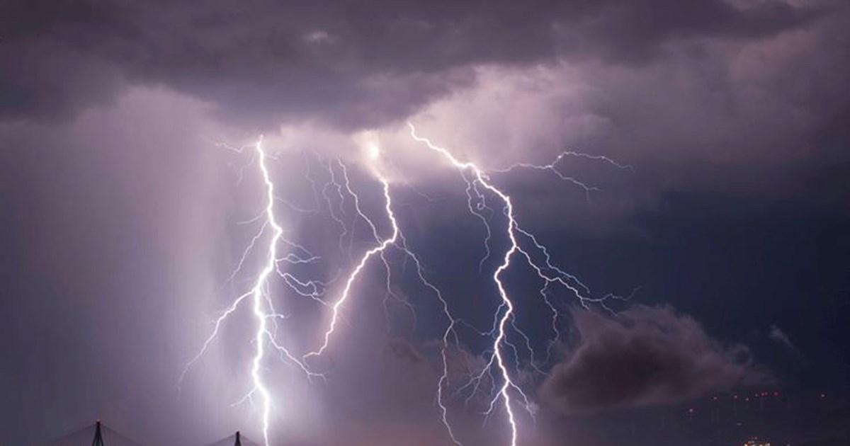 Εντυπωσιακές εικόνες: Κεραυνοί 'χτυπούν' τη γέφυρα Ρίου – Αντιρρίου κατά τη διάρκεια καταιγίδας