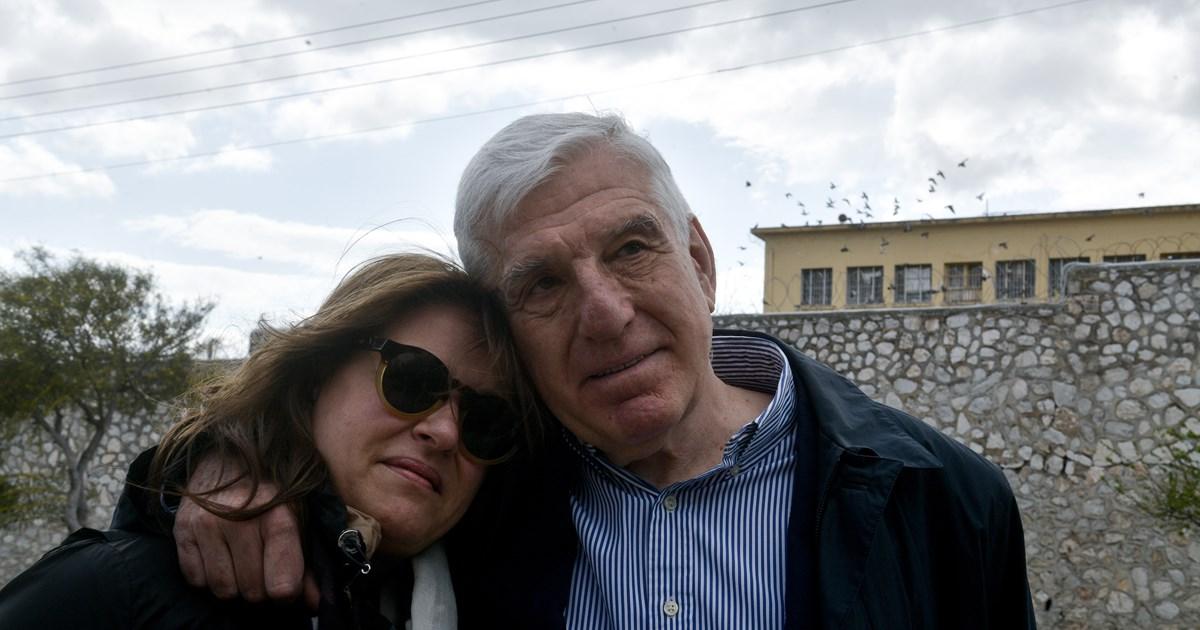 Οι πρώτες φωτό του Γιάννου Παπαντωνίου εκτός φυλακής- Αγκαλιά με τη σύζυγό του