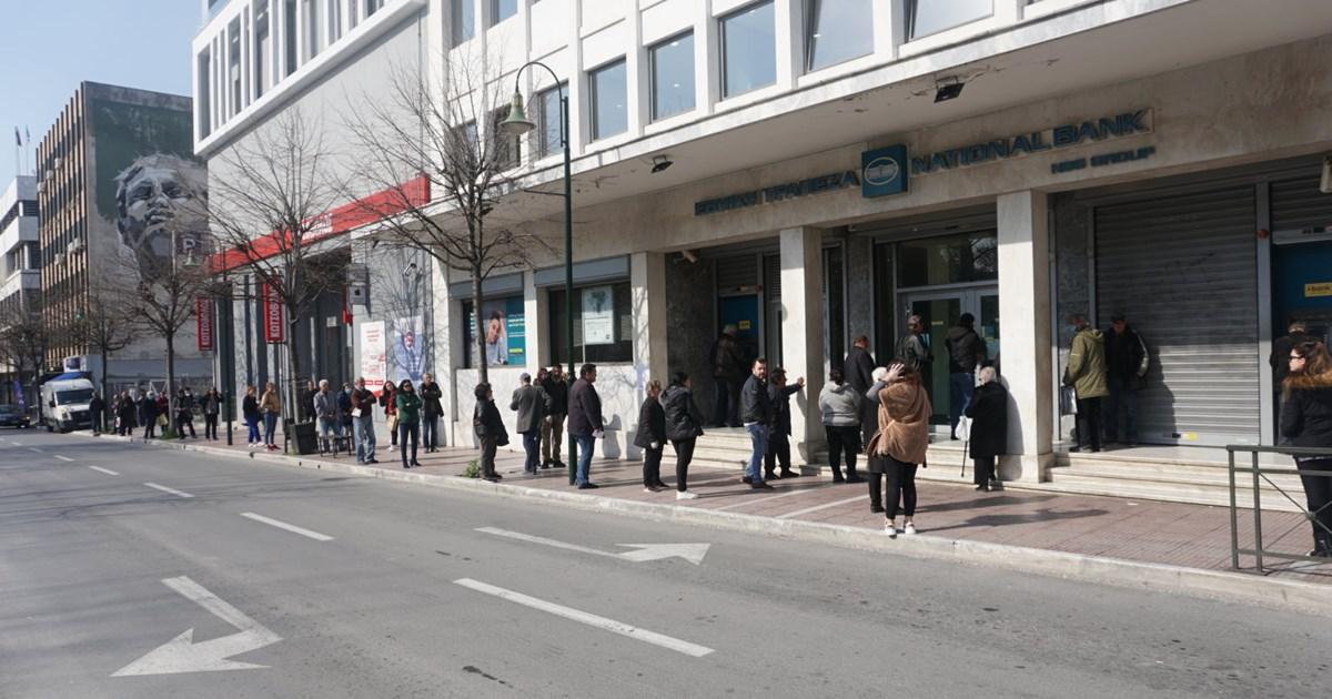 Κορονοϊός: Οι ουρές έξω από τράπεζες προκαλούν ανησυχία στην κυβέρνηση